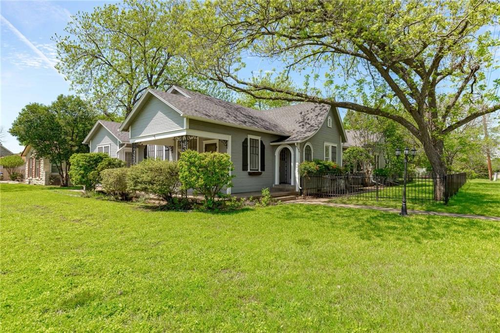 900 W Lake Dr, Taylor Tx 76574 Property Photo