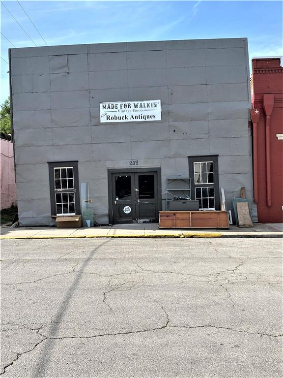 209 E Market ST, Lockhart TX 78644 Property Photo