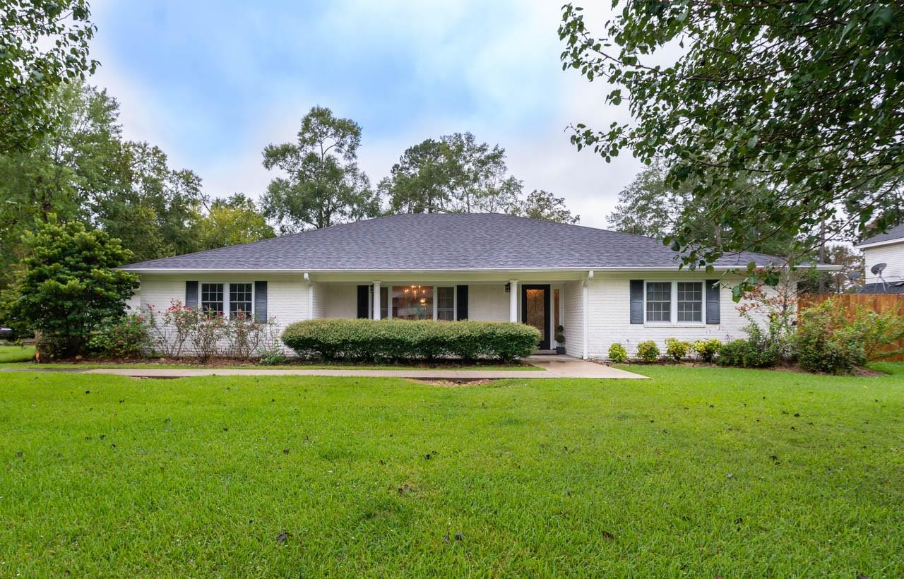 1022 Pine Needles Drive Property Photo - Sour Lake, TX real estate listing
