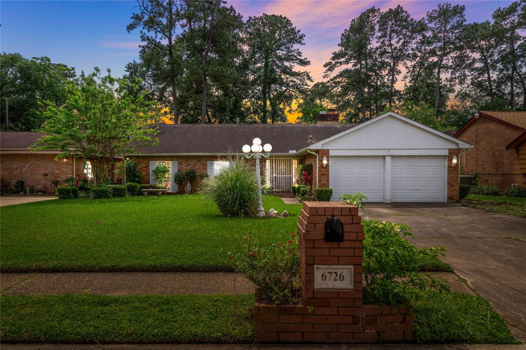 6726 Moss Oaks Drive Property Photo - Houston, TX real estate listing
