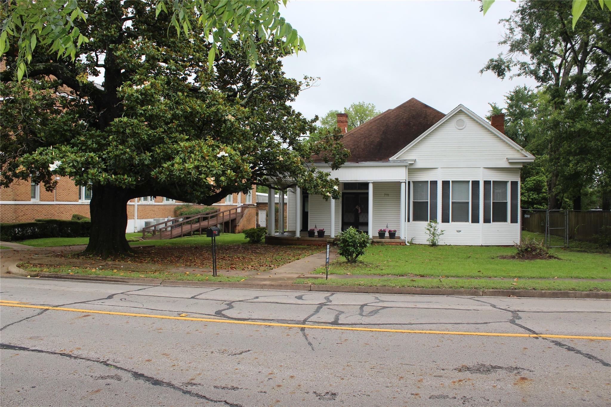 711 E Houston Avenue Property Photo 1