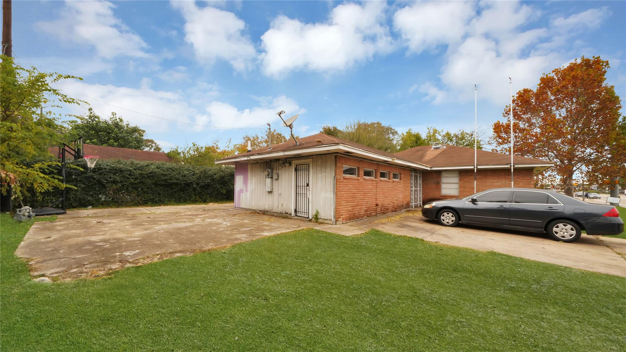 6301 Bellaire Boulevard Property Photo - Houston, TX real estate listing