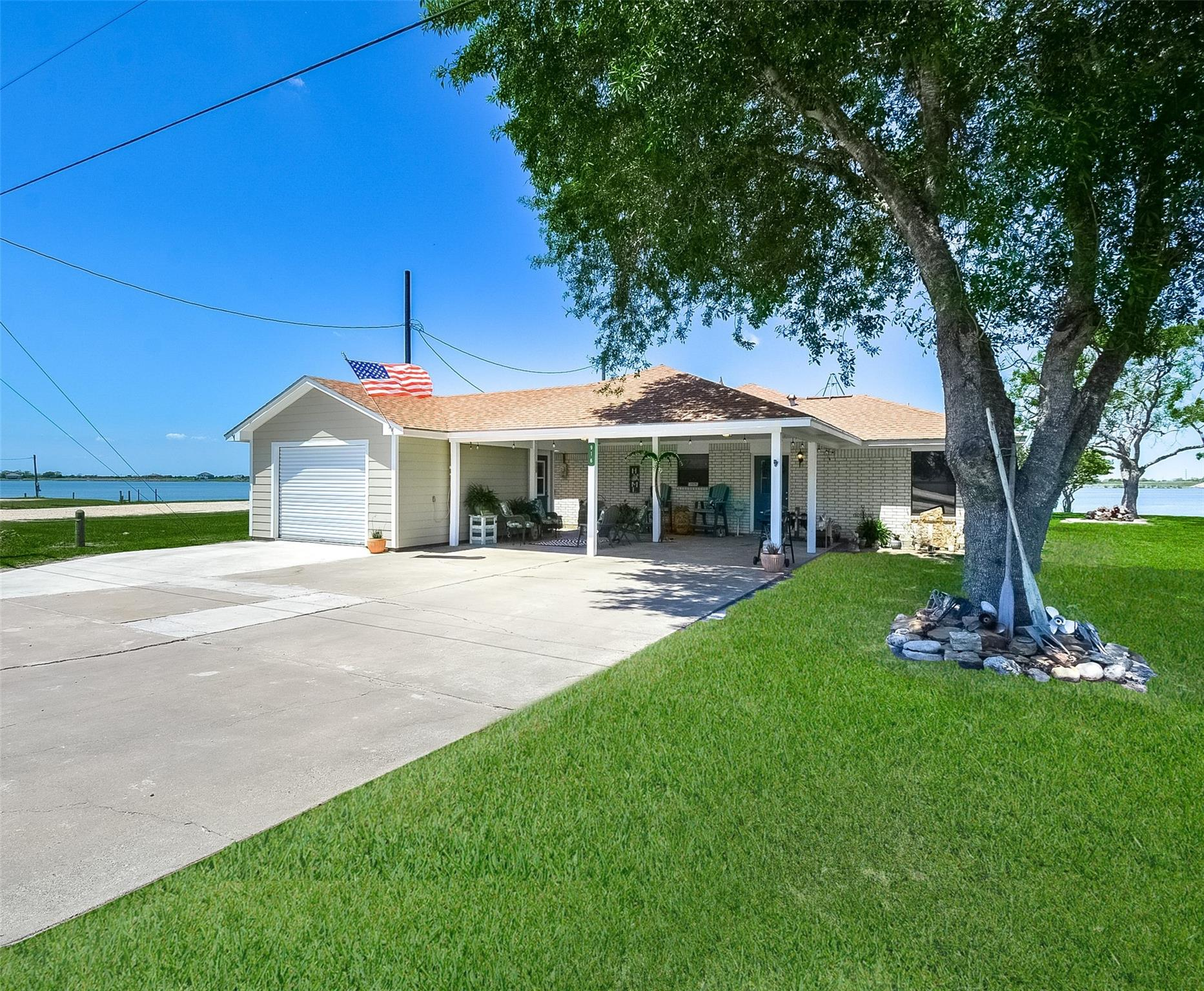 916 W Bayshore Drive Property Photo