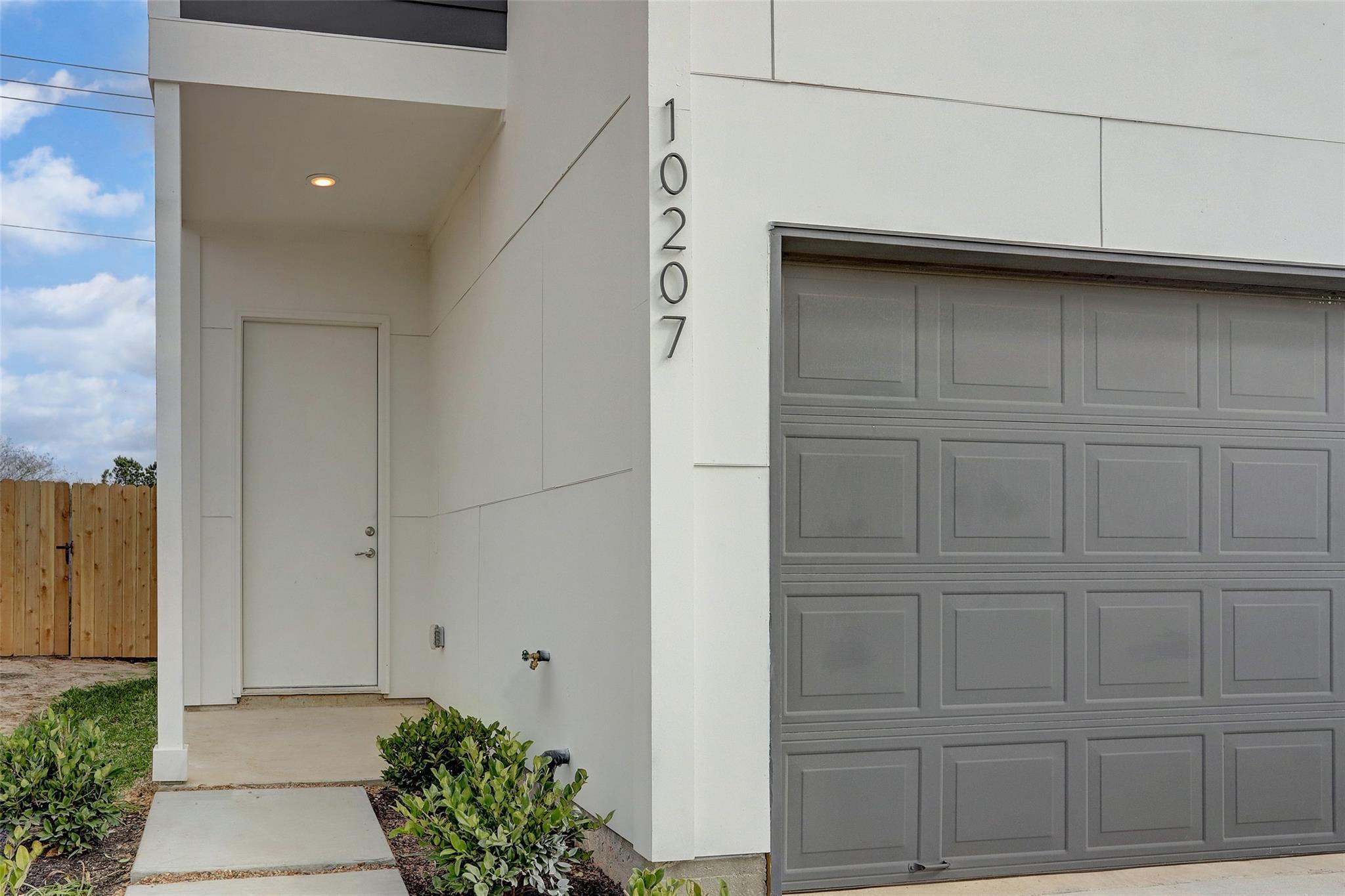 10207 Las Nubes Avenue Property Photo