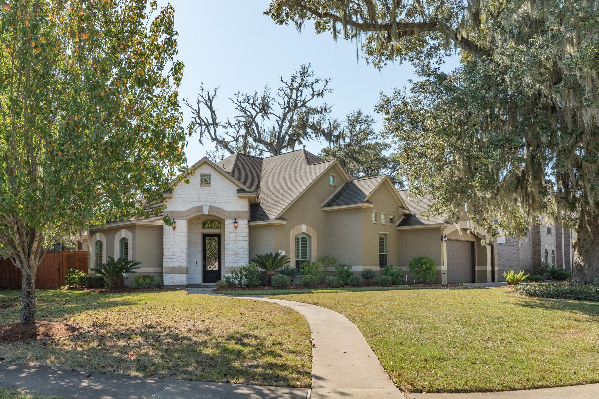 51 Snowberry Court Property Photo - Lake Jackson, TX real estate listing