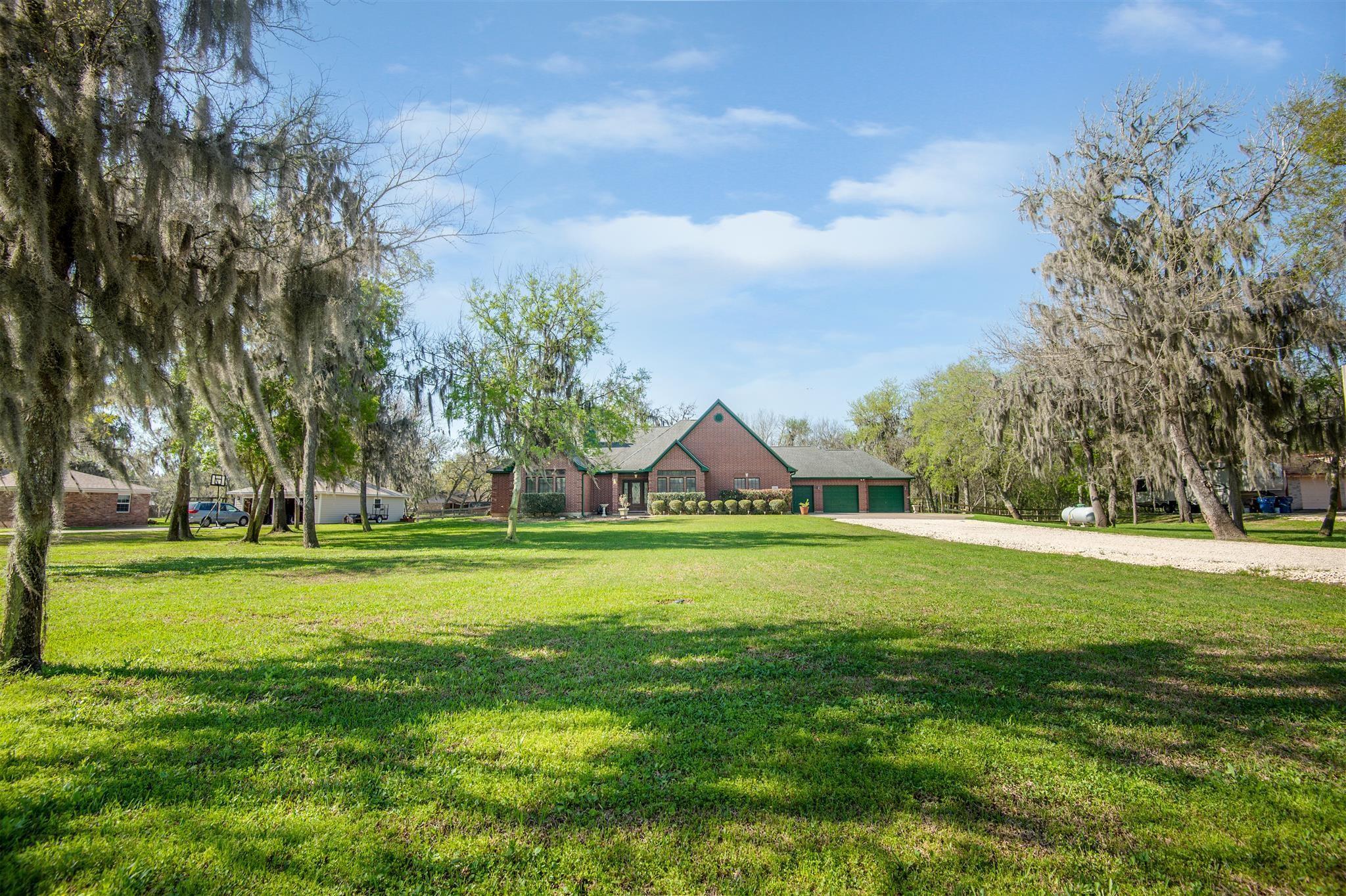 114 Otter Trail Property Photo - Lake Jackson, TX real estate listing