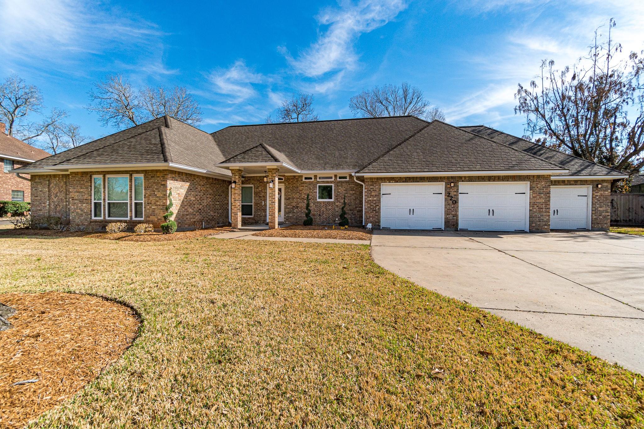 220 Dewberry Drive Property Photo - Lake Jackson, TX real estate listing
