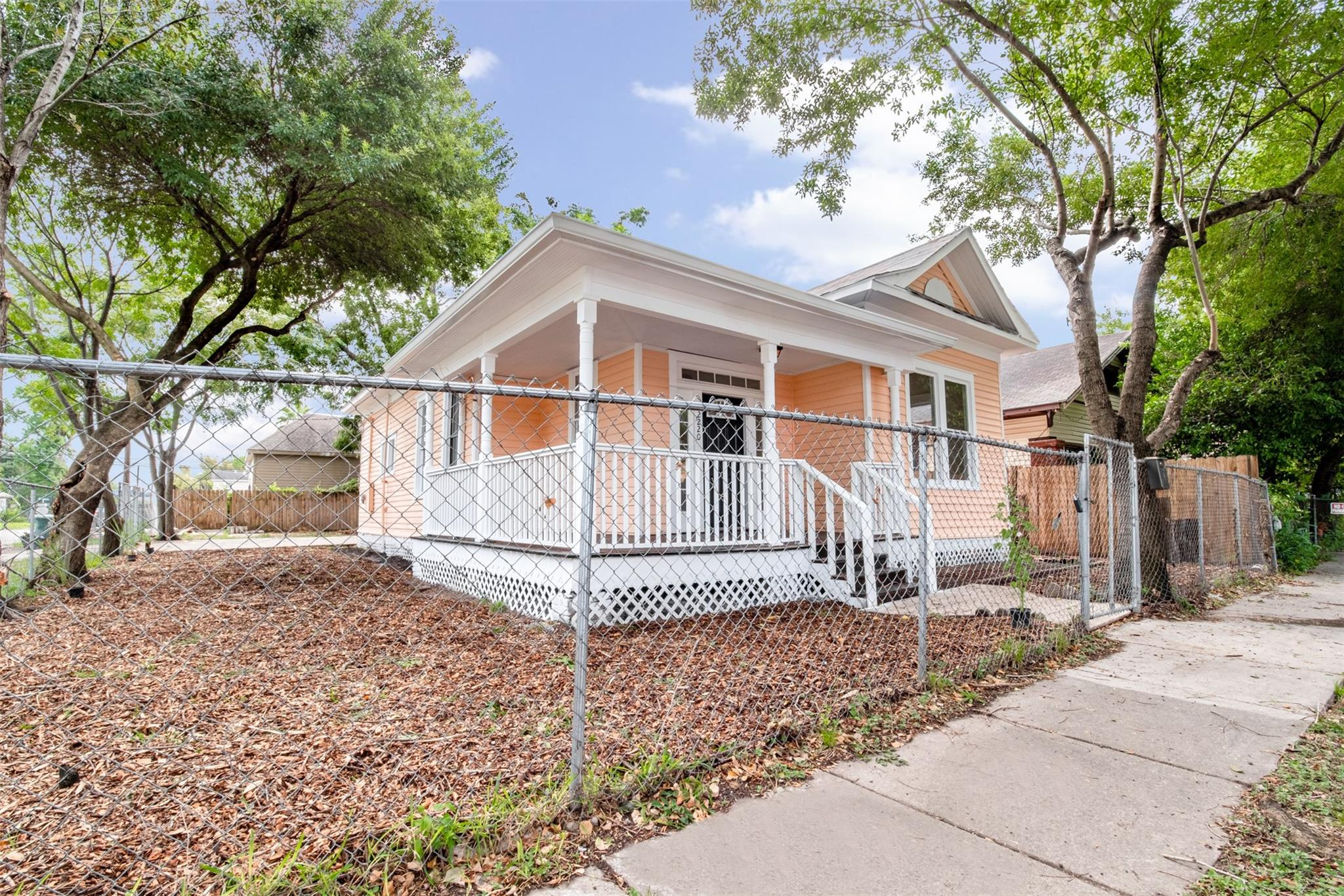 2220 Mckee Street Property Photo - Houston, TX real estate listing