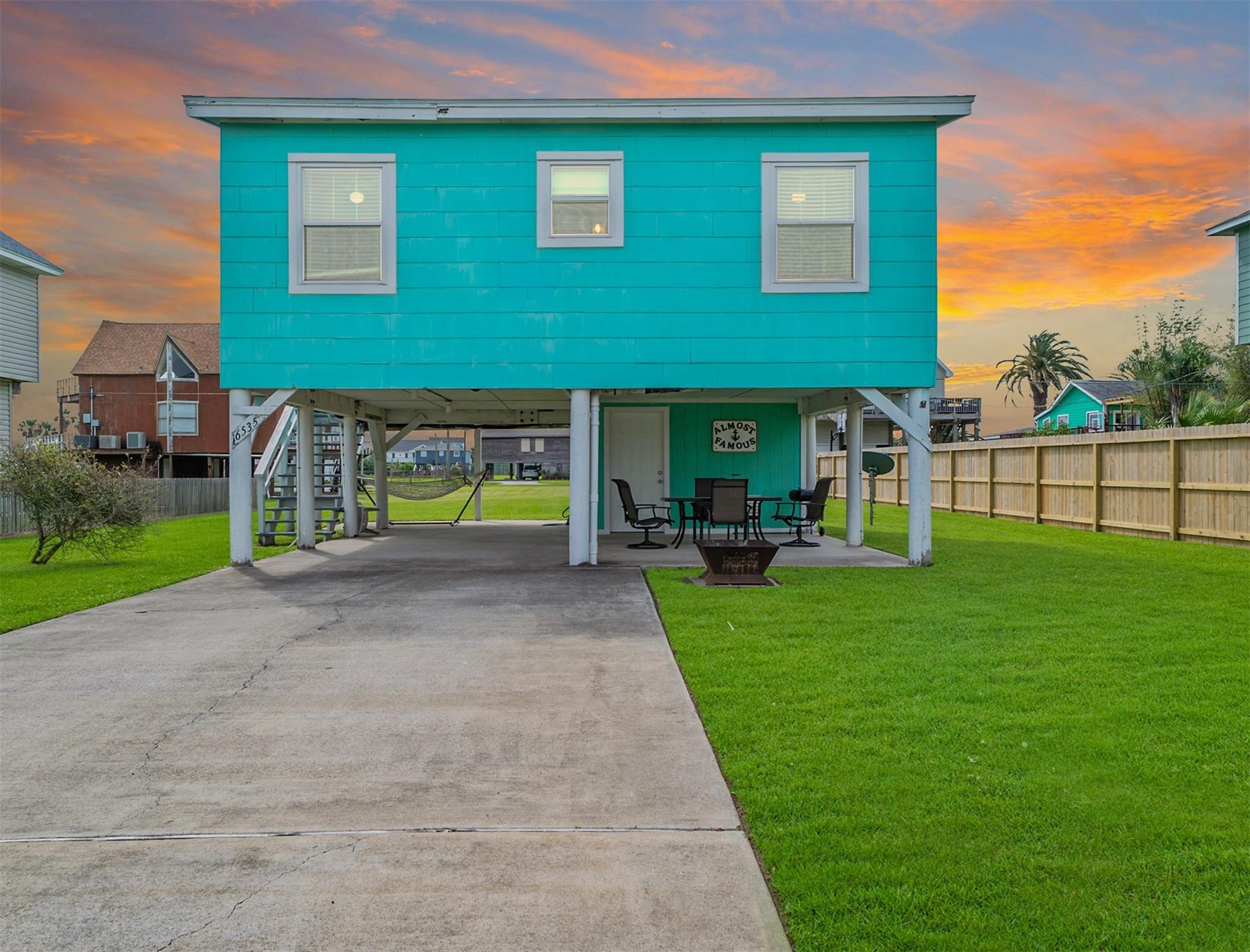 16535 Jolly Roger Road Property Photo - Jamaica Beach, TX real estate listing