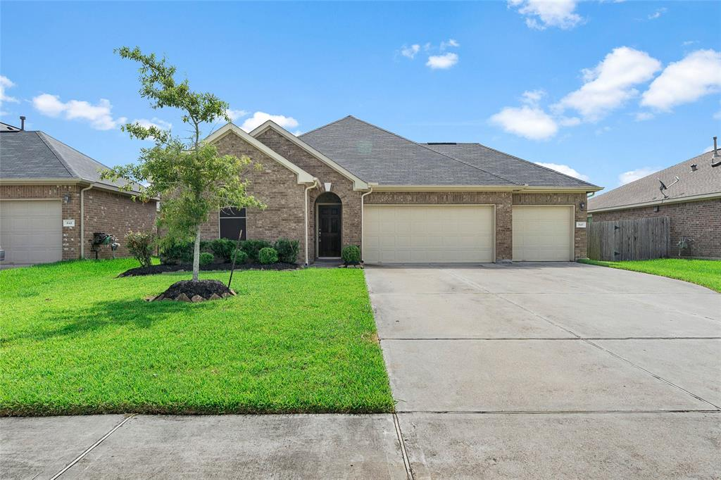 845 Grassy Knoll Trail Property Photo - La Marque, TX real estate listing