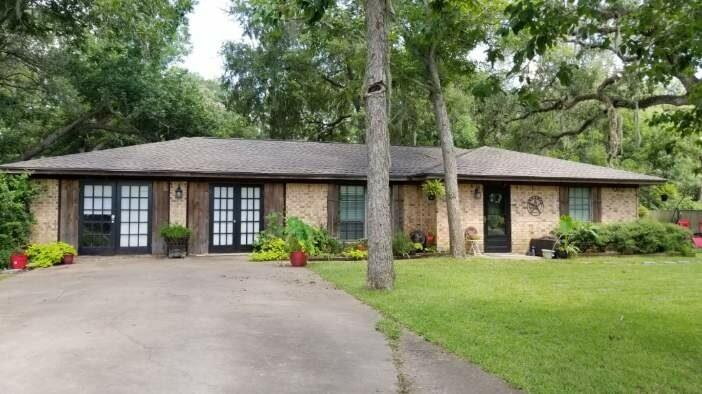 898 Oak Forest Drive Property Photo - Van Vleck, TX real estate listing