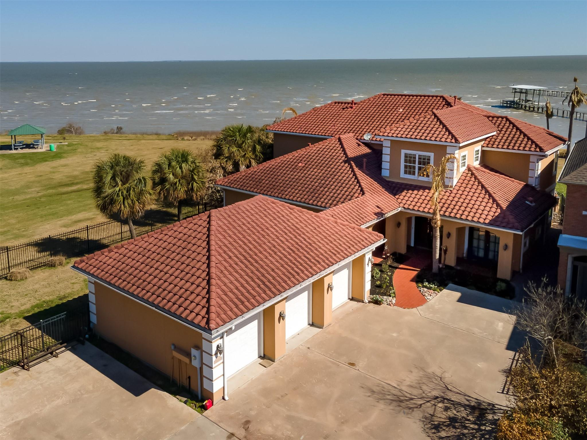 2670 E Bayshore Drive Property Photo - Dickinson, TX real estate listing