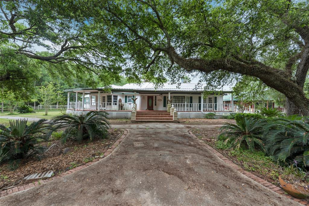 8511 Kings Oak Drive Property Photo - Damon, TX real estate listing