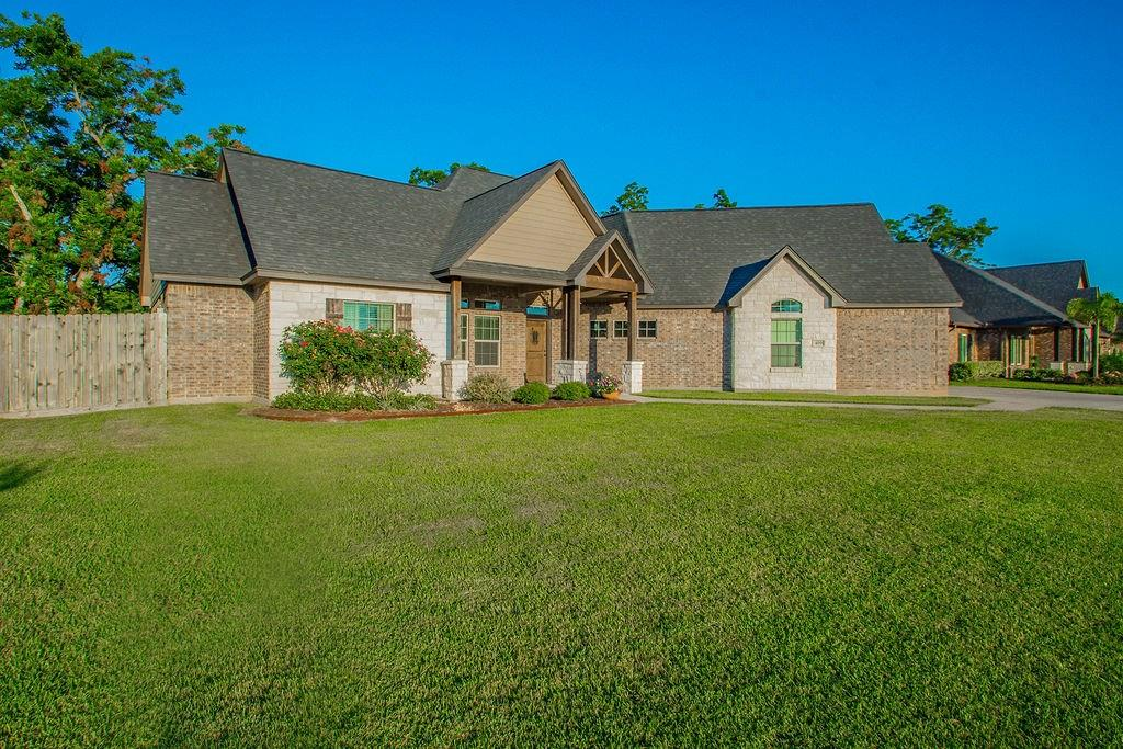 409 Williamsburg Avenue Property Photo - Clute, TX real estate listing