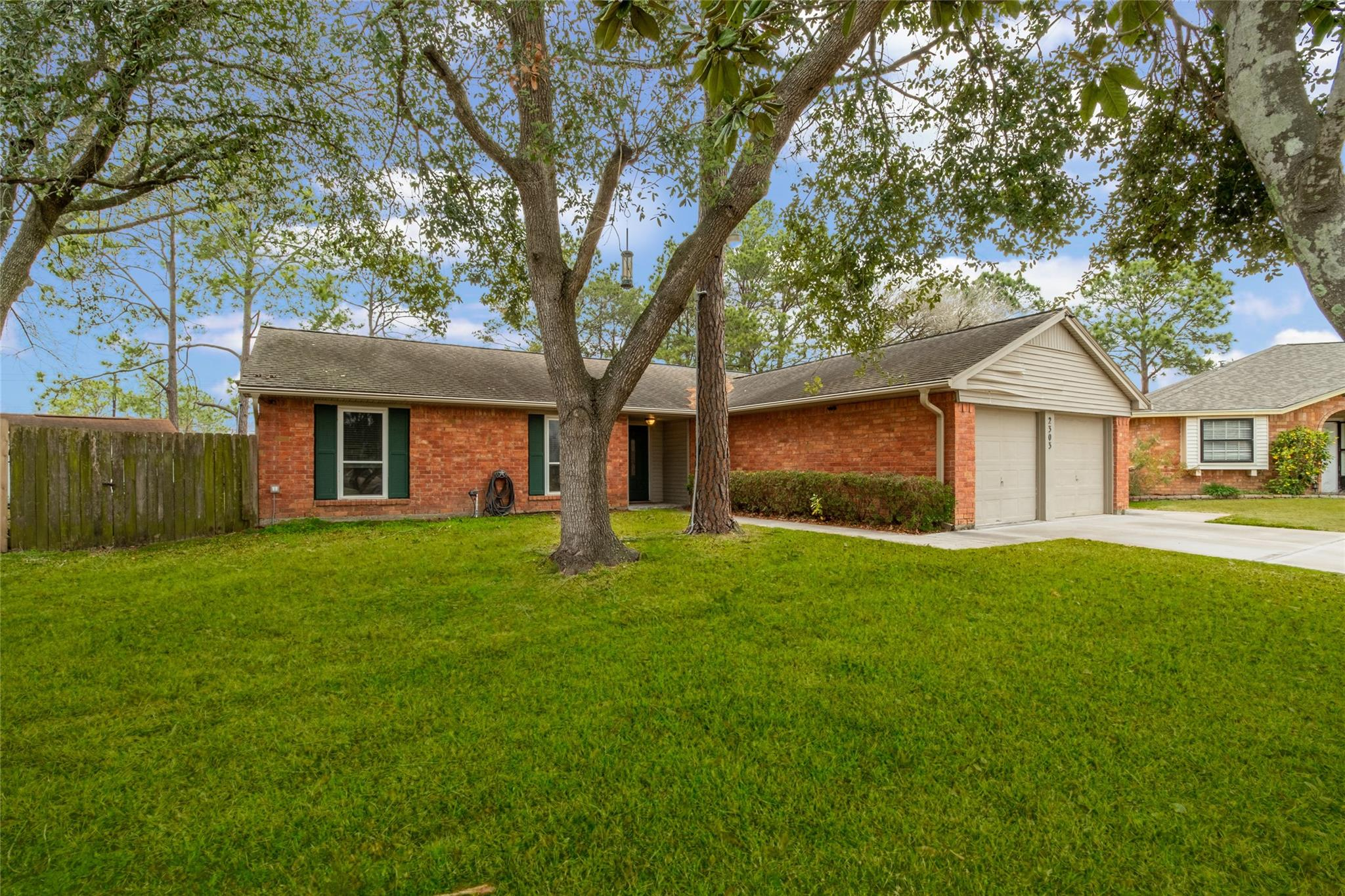 2303 Heritage Bend Court Property Photo - Webster, TX real estate listing