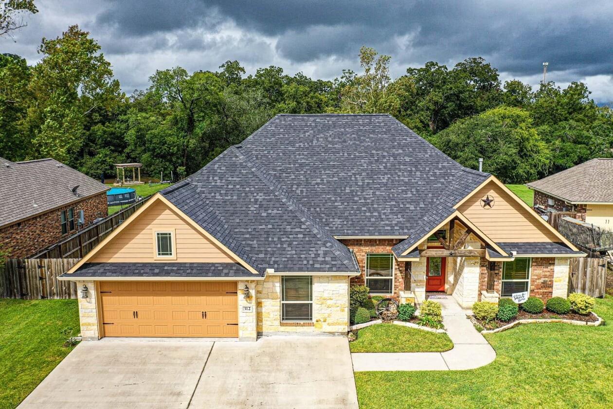 312 Creekside Lane Property Photo - Lake Jackson, TX real estate listing