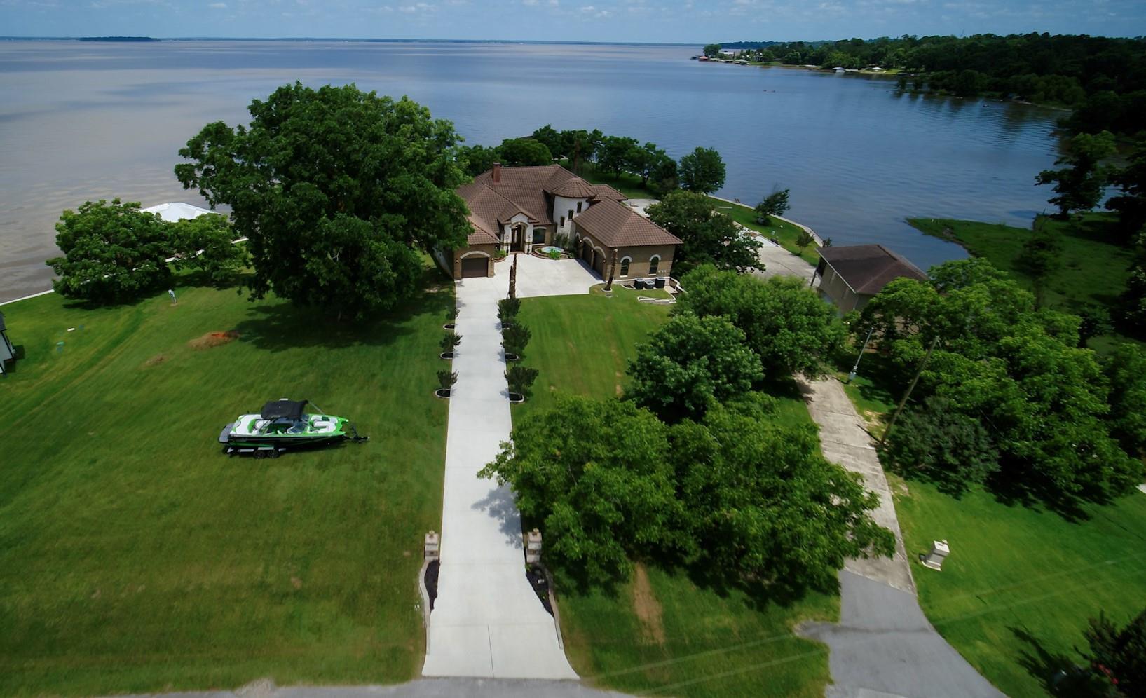 18 Lakeway Drive Property Photo