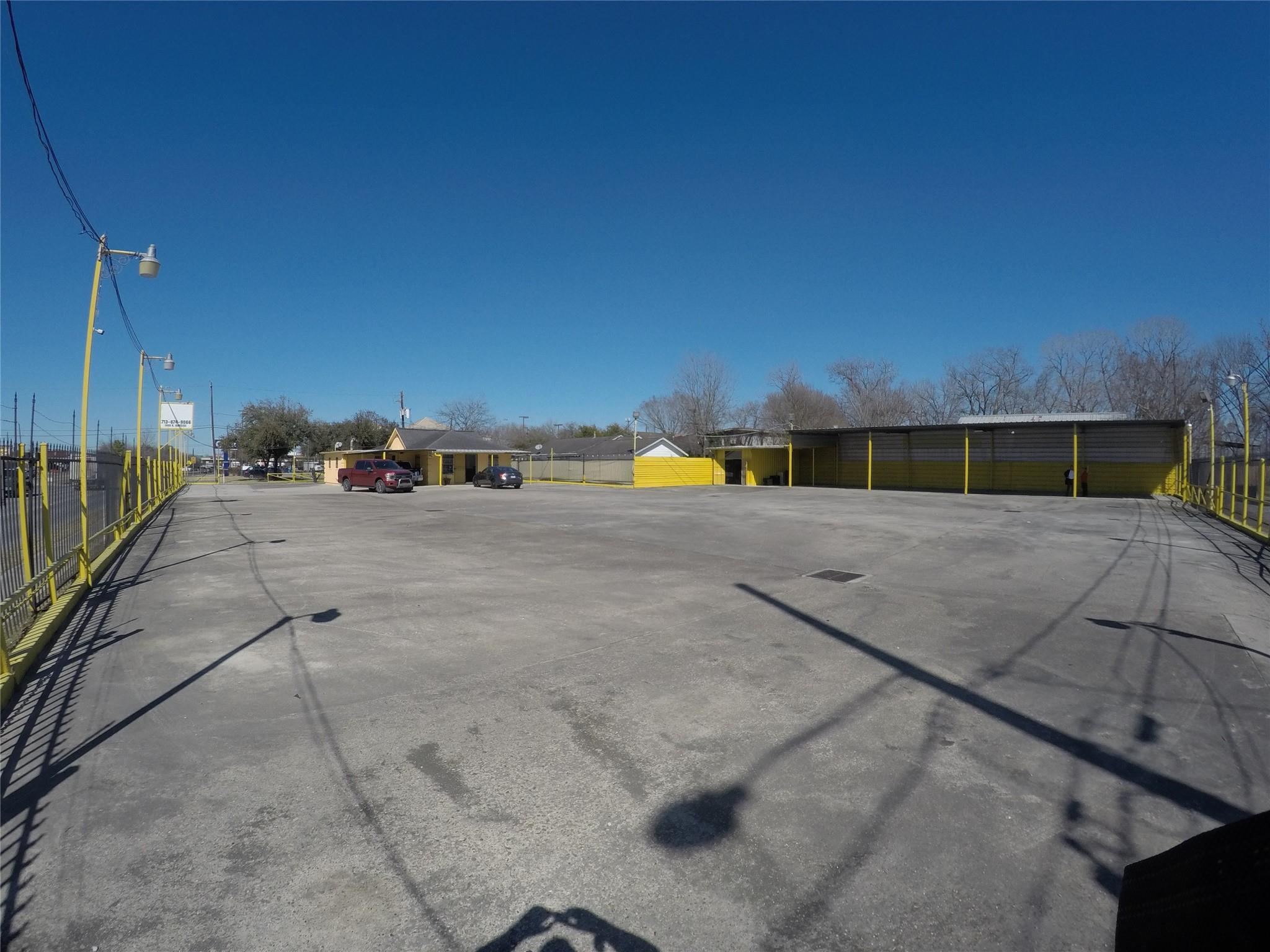 1400 N Wayside Drive Property Photo
