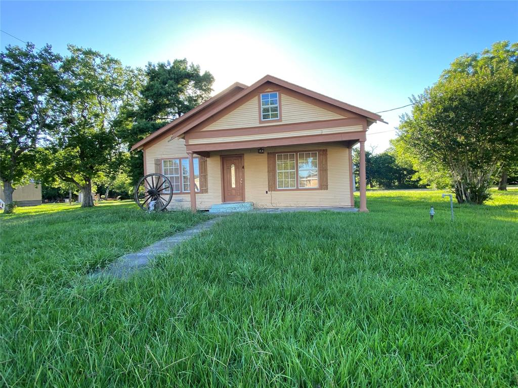 222 S 9TH Property Photo - Wallis, TX real estate listing