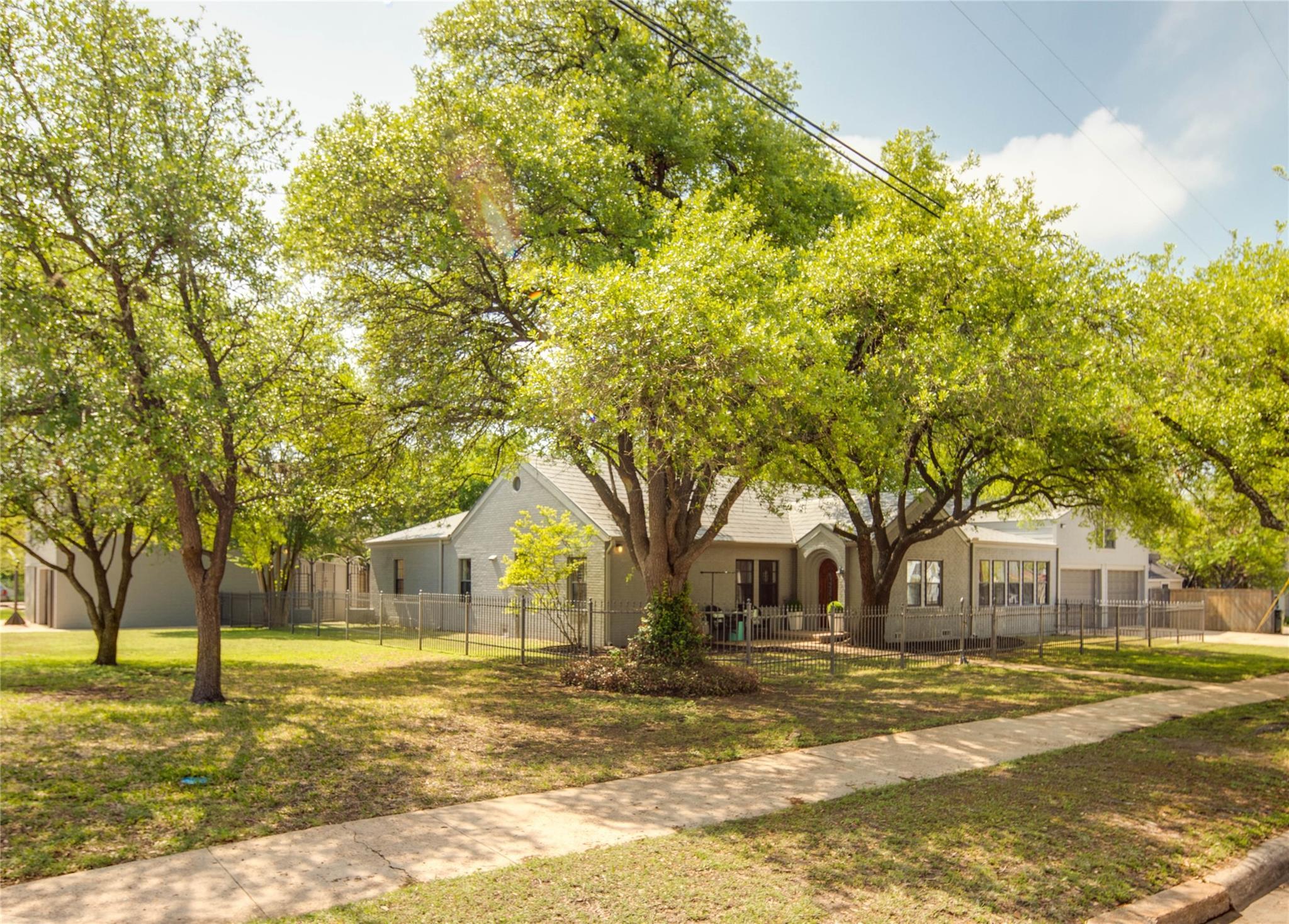 707 S Ennis Street Property Photo