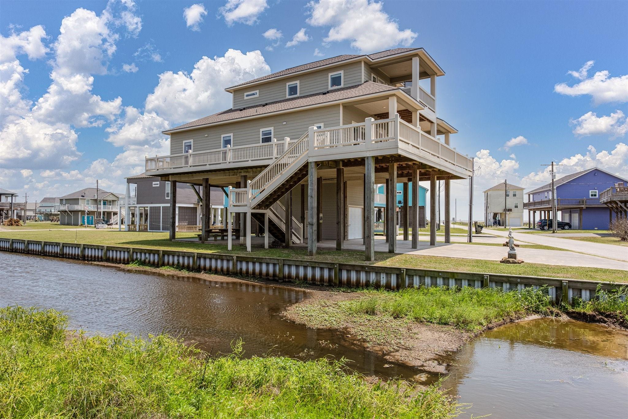 914 Driftwood Drive Property Photo - Crystal Beach, TX real estate listing