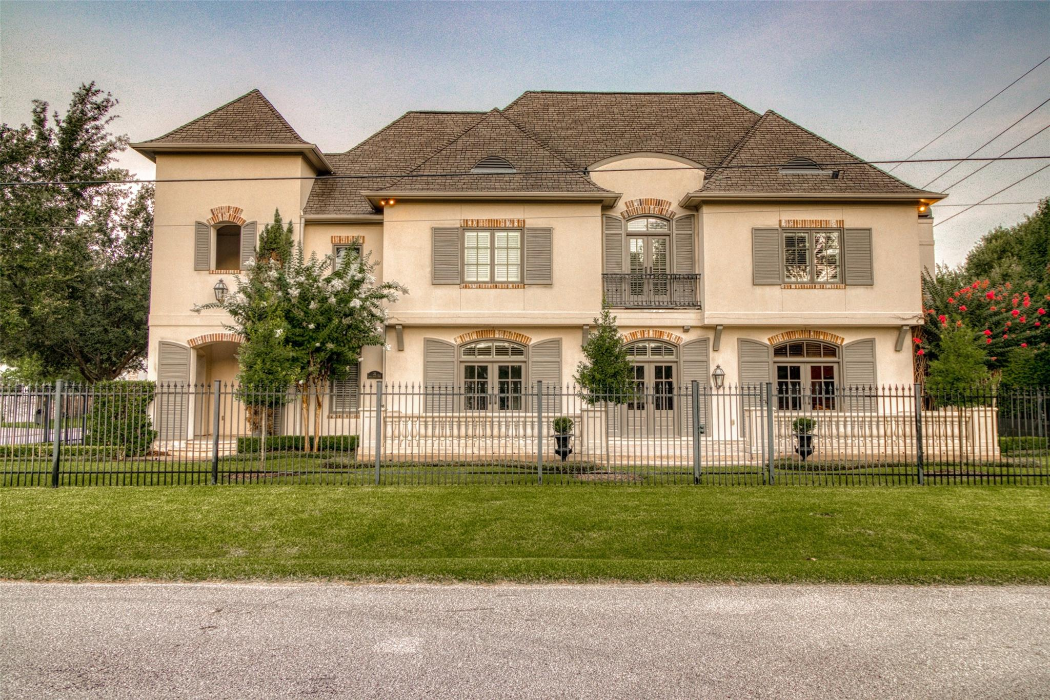 22 W Broad Oaks Drive Property Photo 1