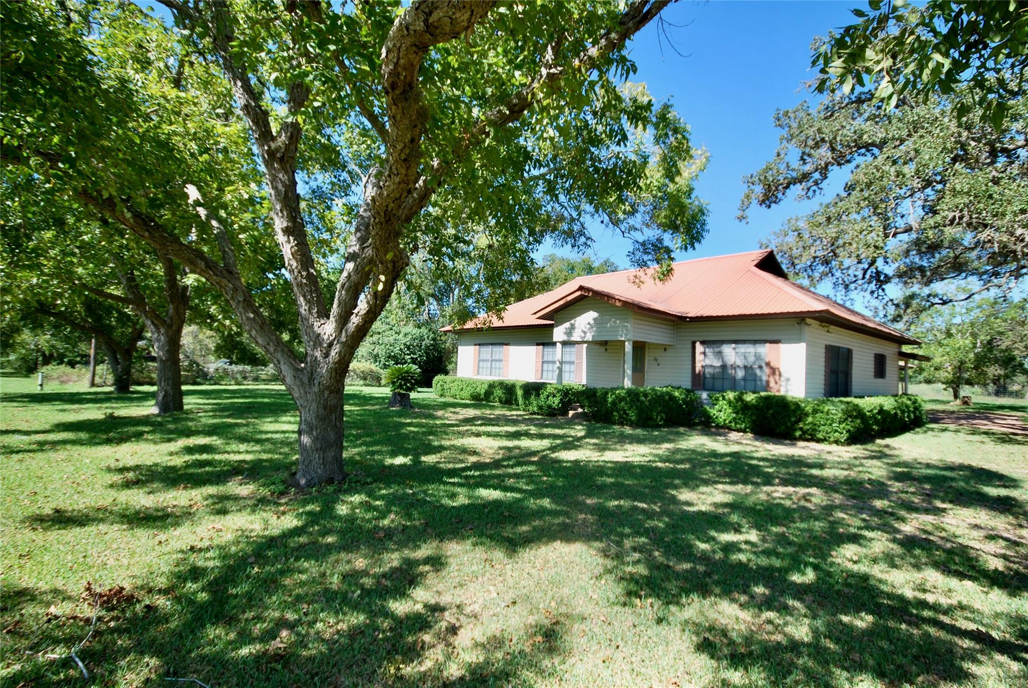 1020 Davis Avenue Property Photo - Yoakum, TX real estate listing