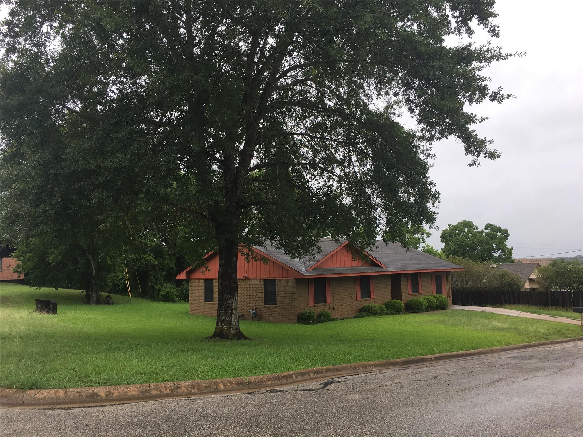 1001 Harrington Street Property Photo - Brenham, TX real estate listing