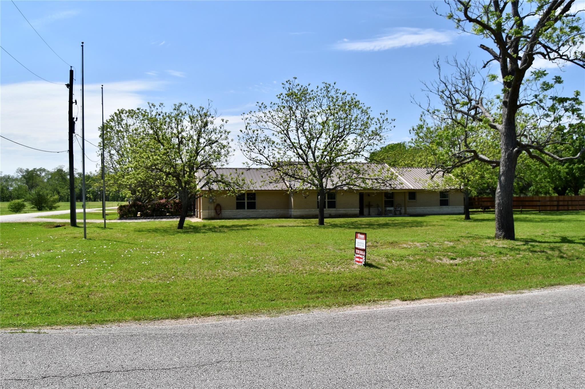 909 Baker Rd Property Photo 1