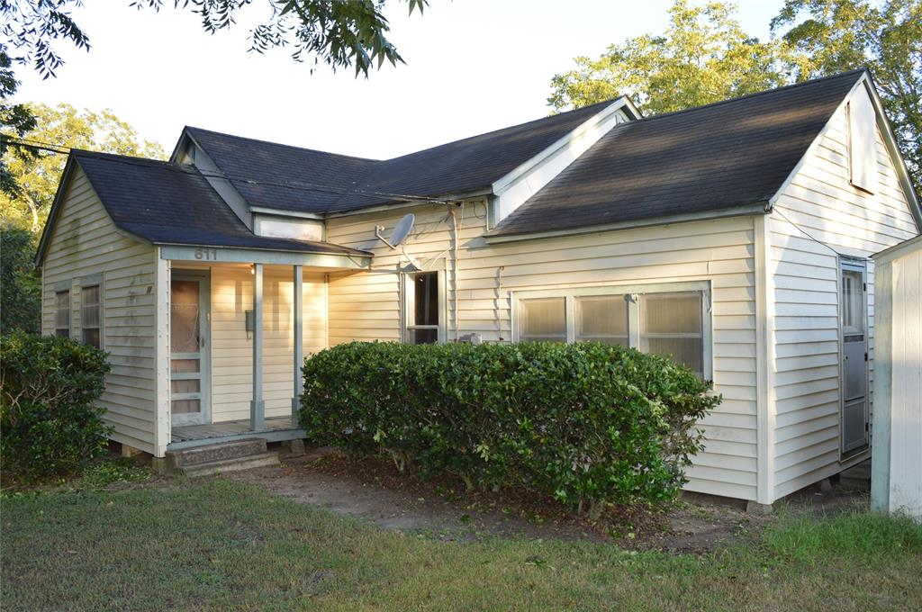 611 Spruce Avenue Property Photo - El Campo, TX real estate listing