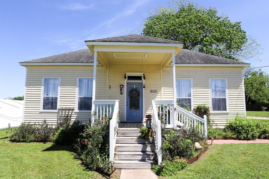 806 Bohlmann Avenue Property Photo - Schulenburg, TX real estate listing