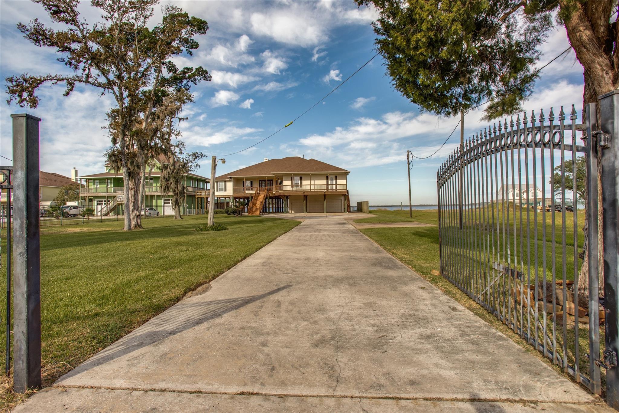 466 S Burnett Drive Property Photo - Baytown, TX real estate listing