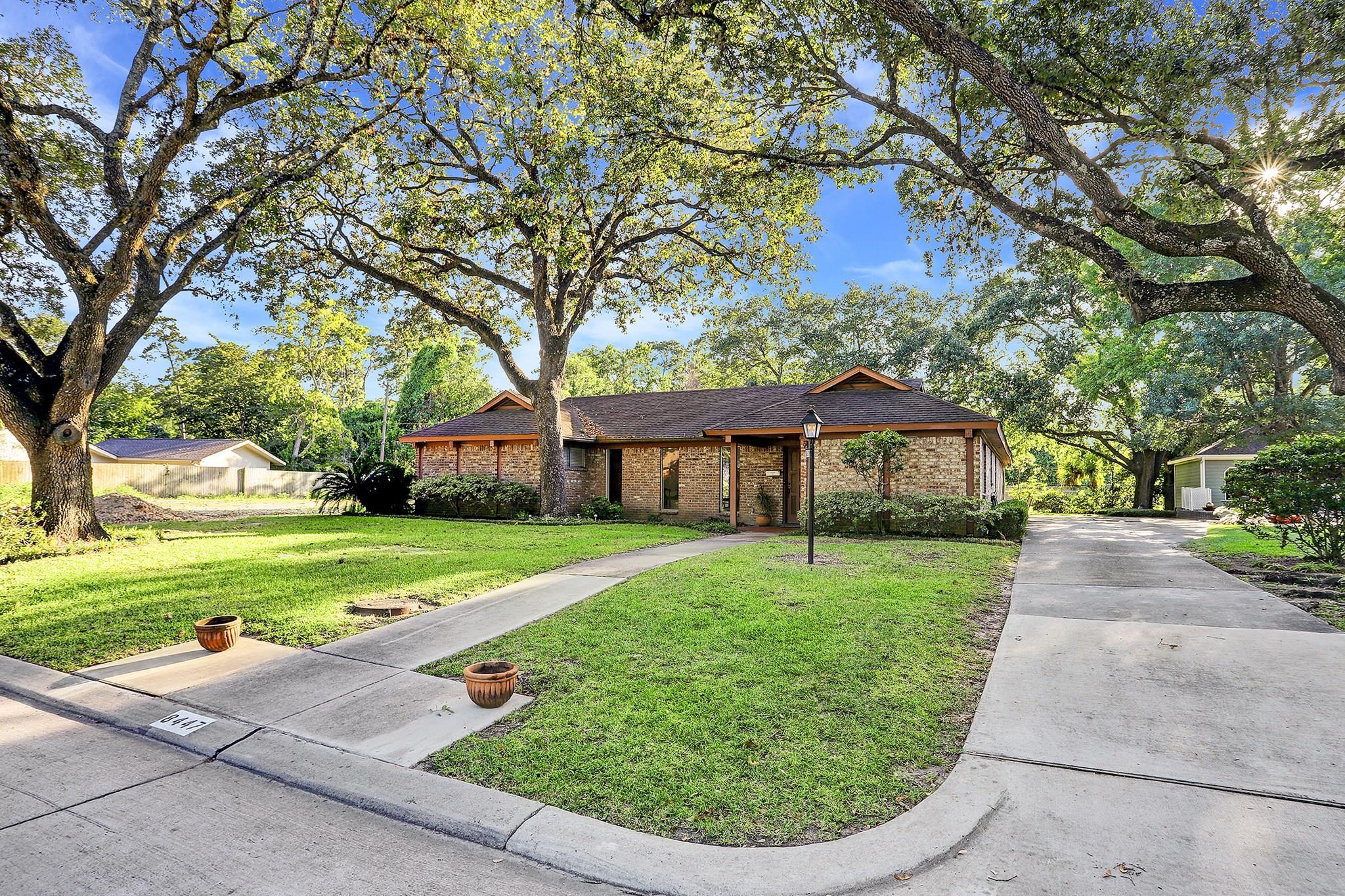 8447 Hunters Creek Drive Property Photo - Hunters Creek Village, TX real estate listing