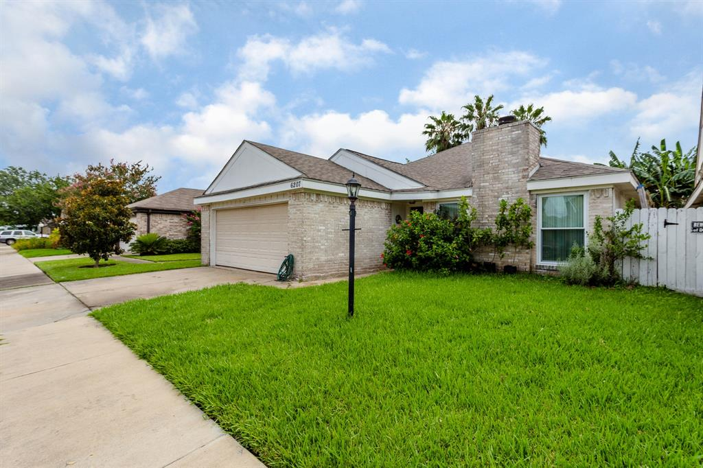 6207 Briar Glade Drive Property Photo - Houston, TX real estate listing