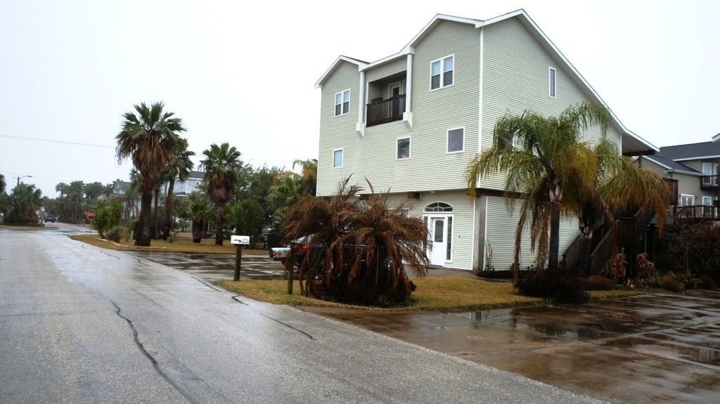 307 Paradise Drive, Tiki Island, TX 77554 - Tiki Island, TX real estate listing