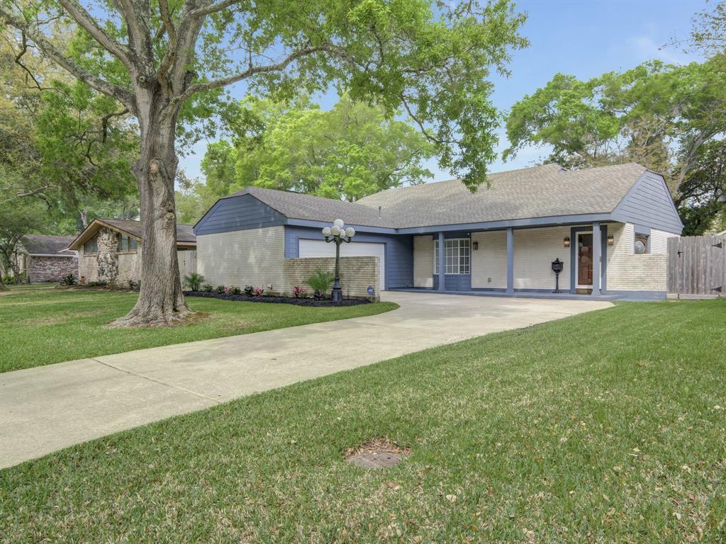 1527 Saxony Lane Property Photo - Nassau Bay, TX real estate listing