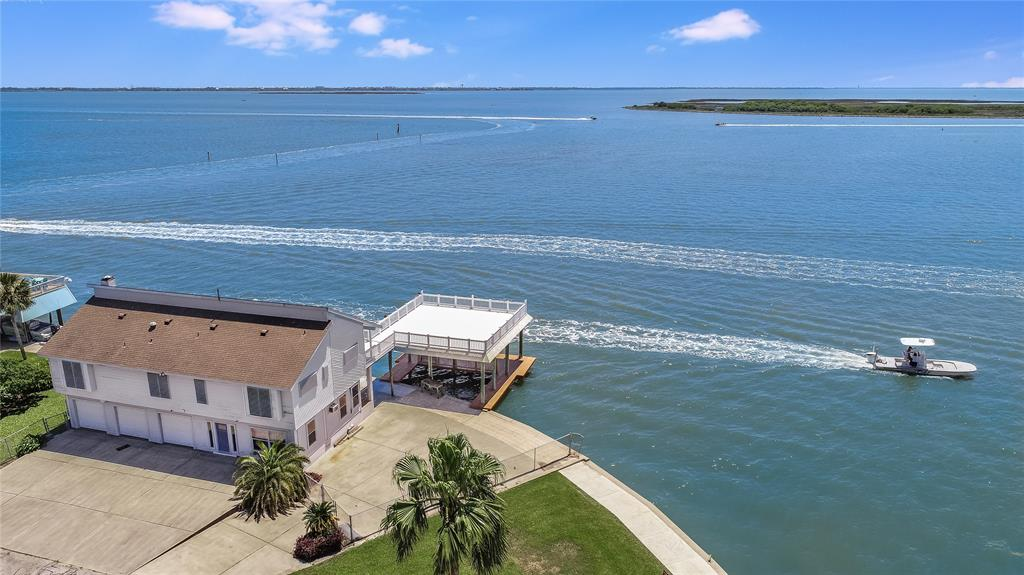 106 Tamana Drive Property Photo - Tiki Island, TX real estate listing
