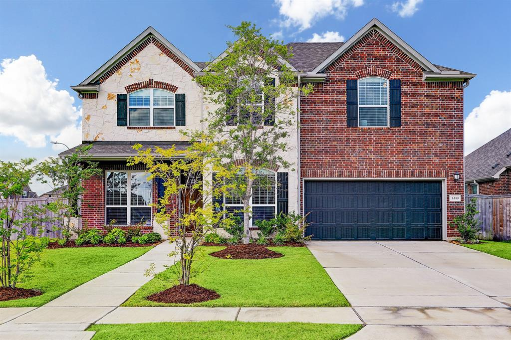 2210 Whispering Manor Lane Property Photo - Pearland, TX real estate listing