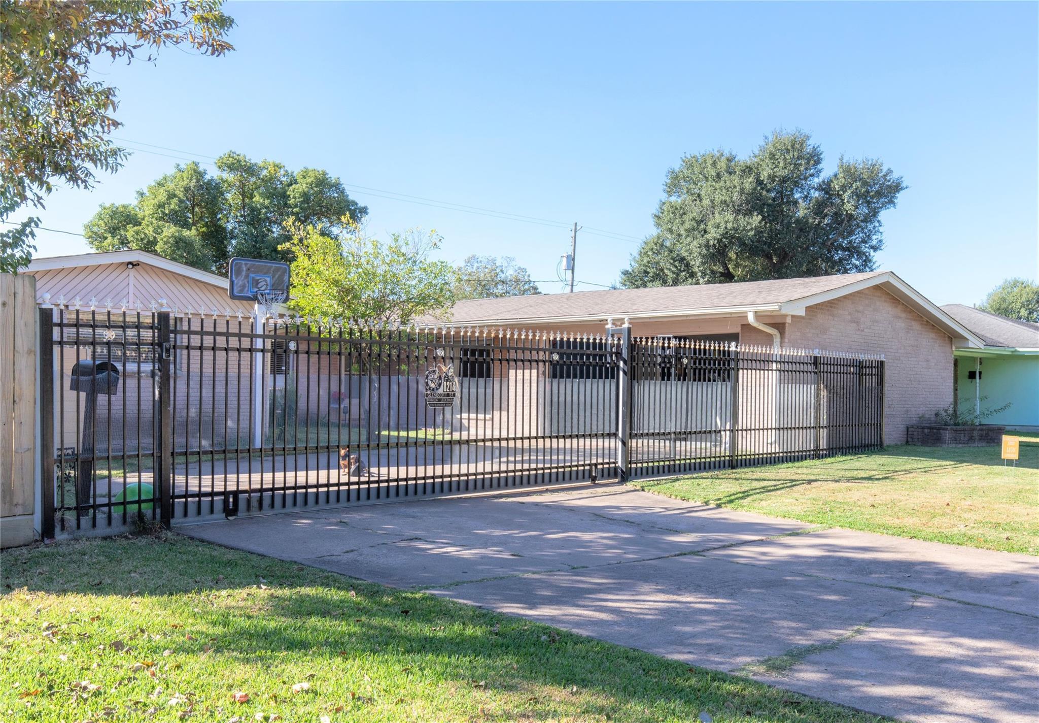 8214 Glenscott Street Property Photo