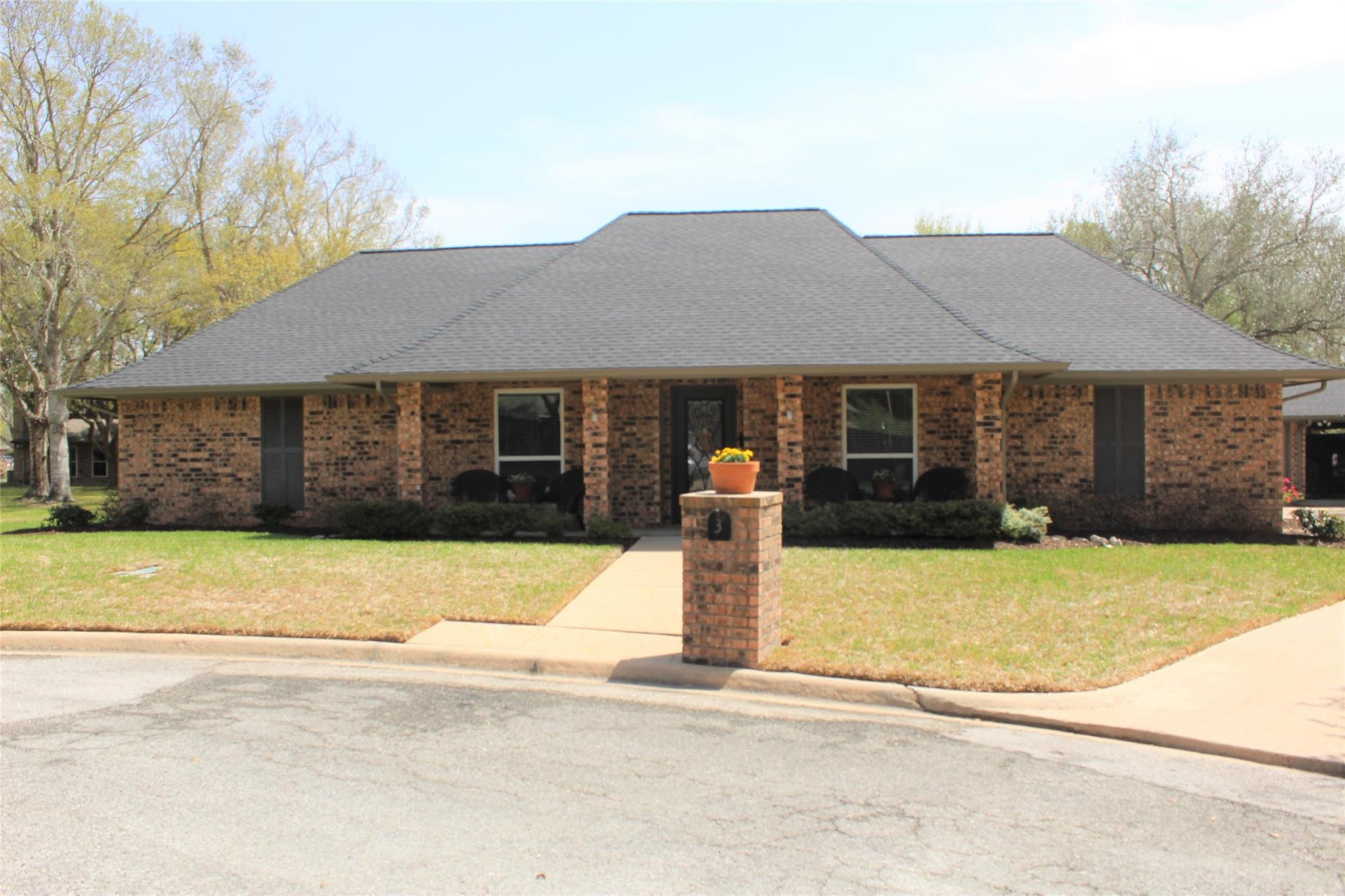 3 Quail Hollow Avenue Property Photo - Bay City, TX real estate listing
