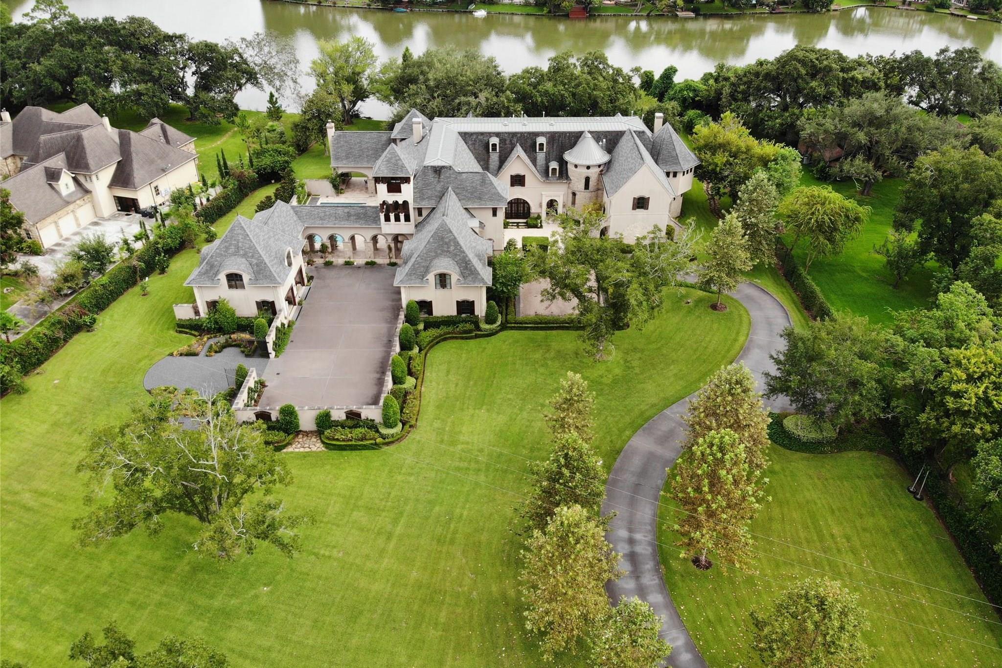 1306 Horseshoe Drive Property Photo - Sugar Land, TX real estate listing