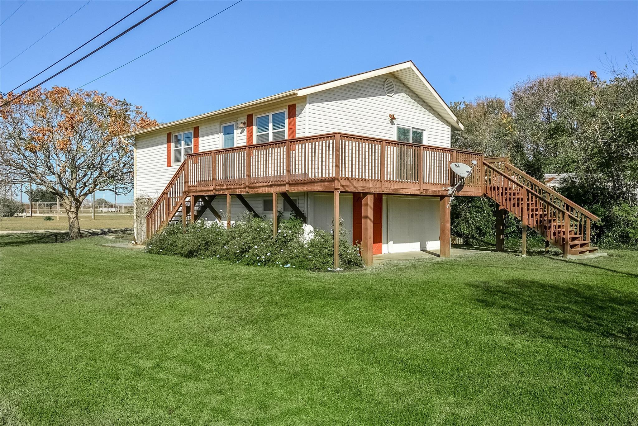105 Meadowlark Drive Property Photo - Palacios, TX real estate listing