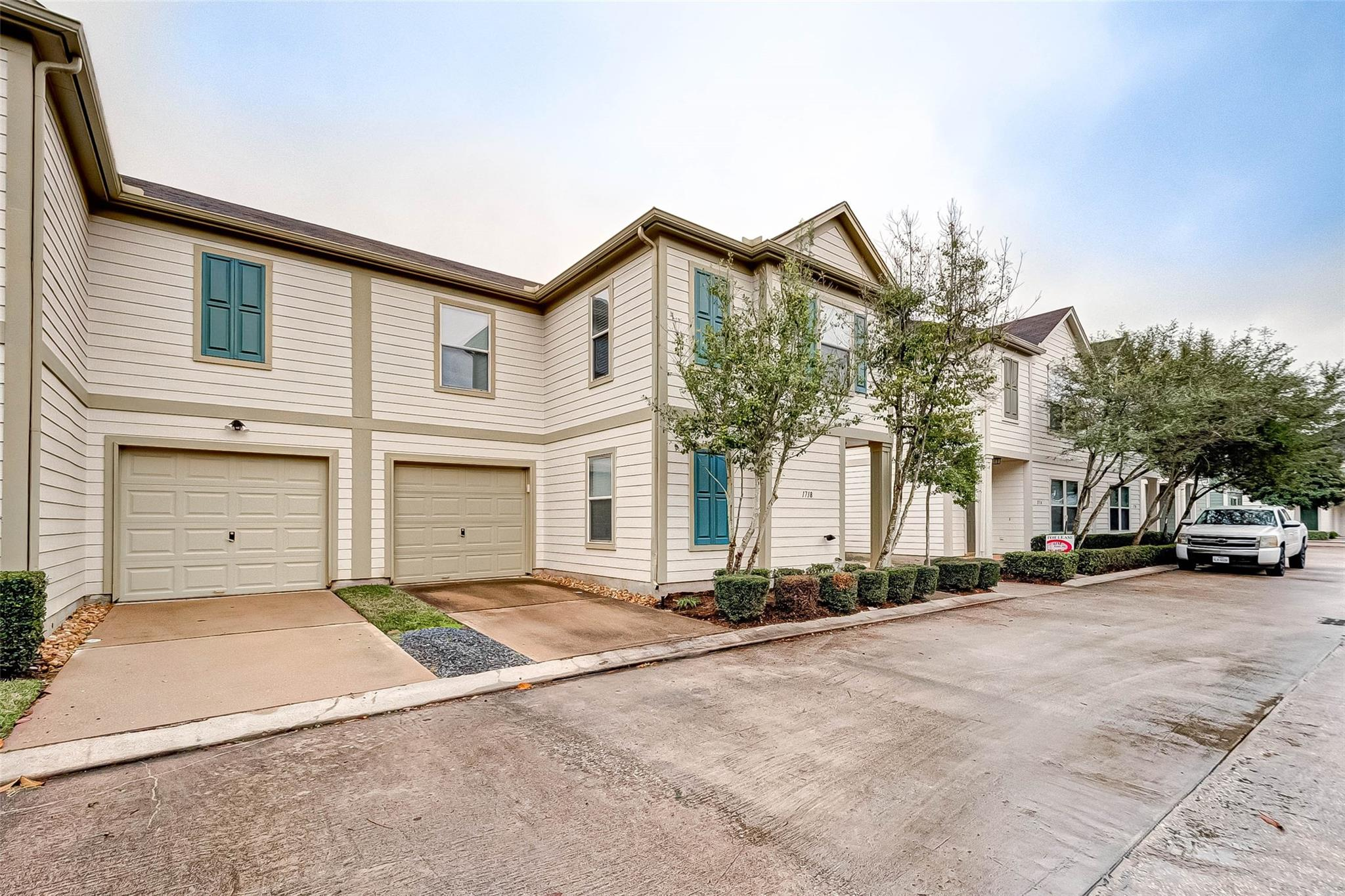 Airline Drive Twnhms Amd Real Estate Listings Main Image