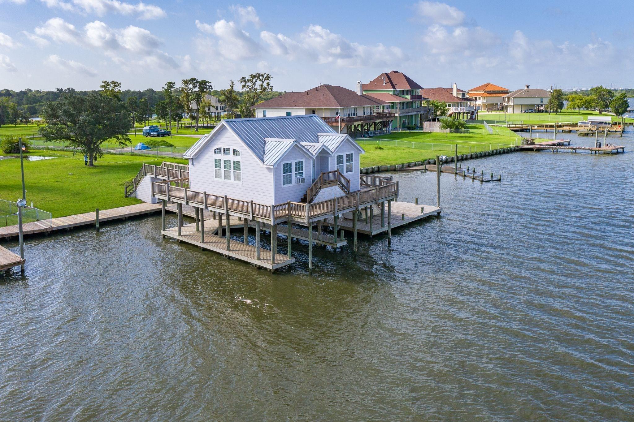 462 S Burnett Drive Property Photo - Baytown, TX real estate listing
