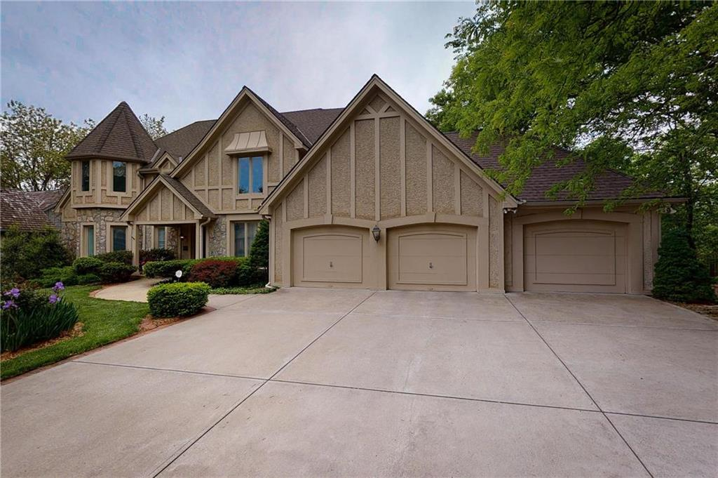 109 The Woodlands Drive Property Photo - Gladstone, MO real estate listing