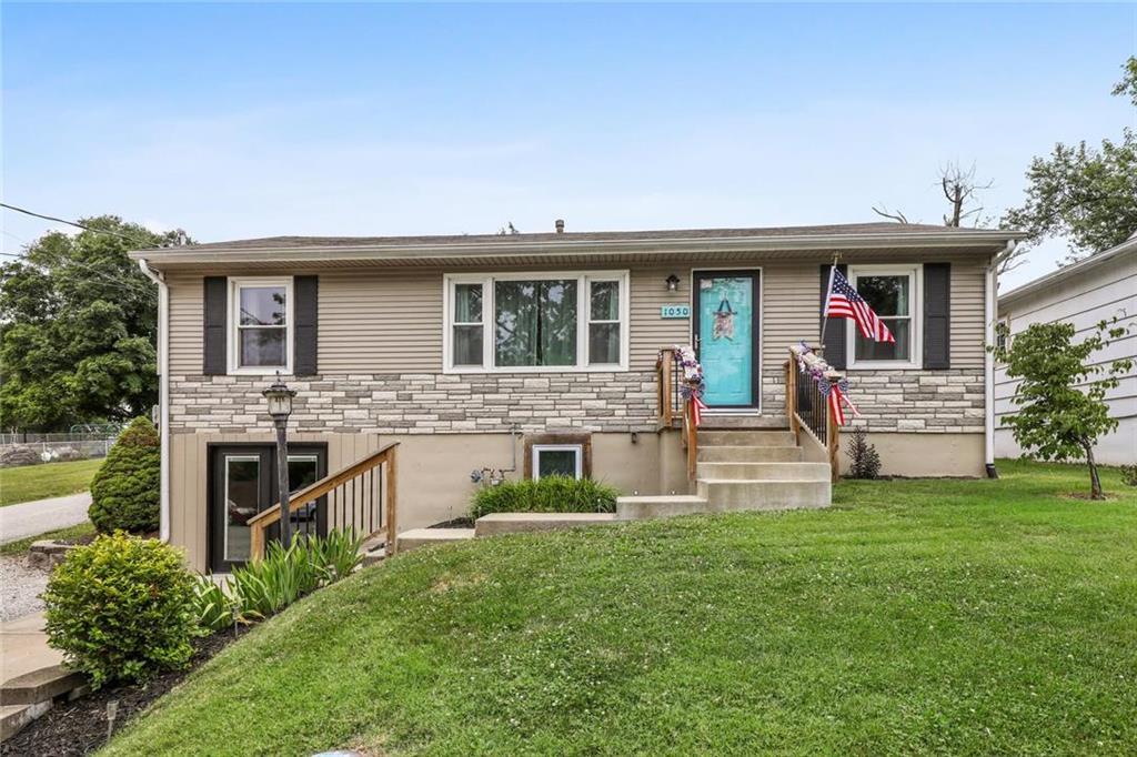 1050 NW South Shore Drive Property Photo - Lake Waukomis, MO real estate listing