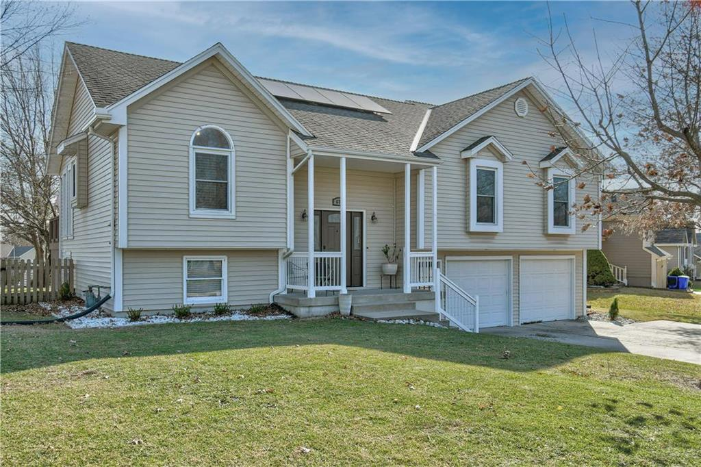 631 NE Michael Drive Property Photo - Lee's Summit, MO real estate listing