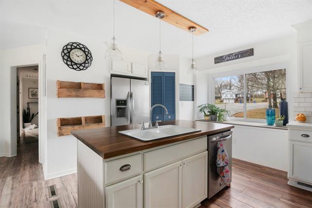 8005 Sunset Circle Property Photo - Grandview, MO real estate listing