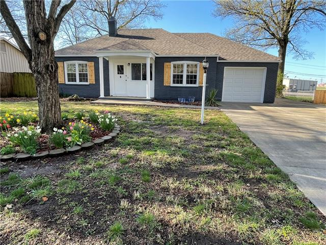 1005 W 1st Street Property Photo - Lee's Summit, MO real estate listing