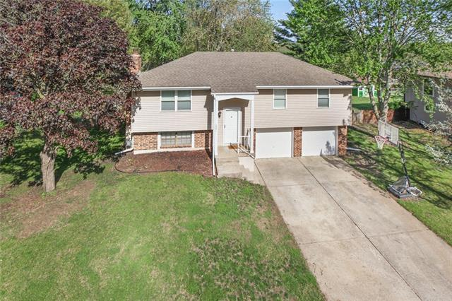 221 SE COUNTRY Lane Property Photo - Lee's Summit, MO real estate listing